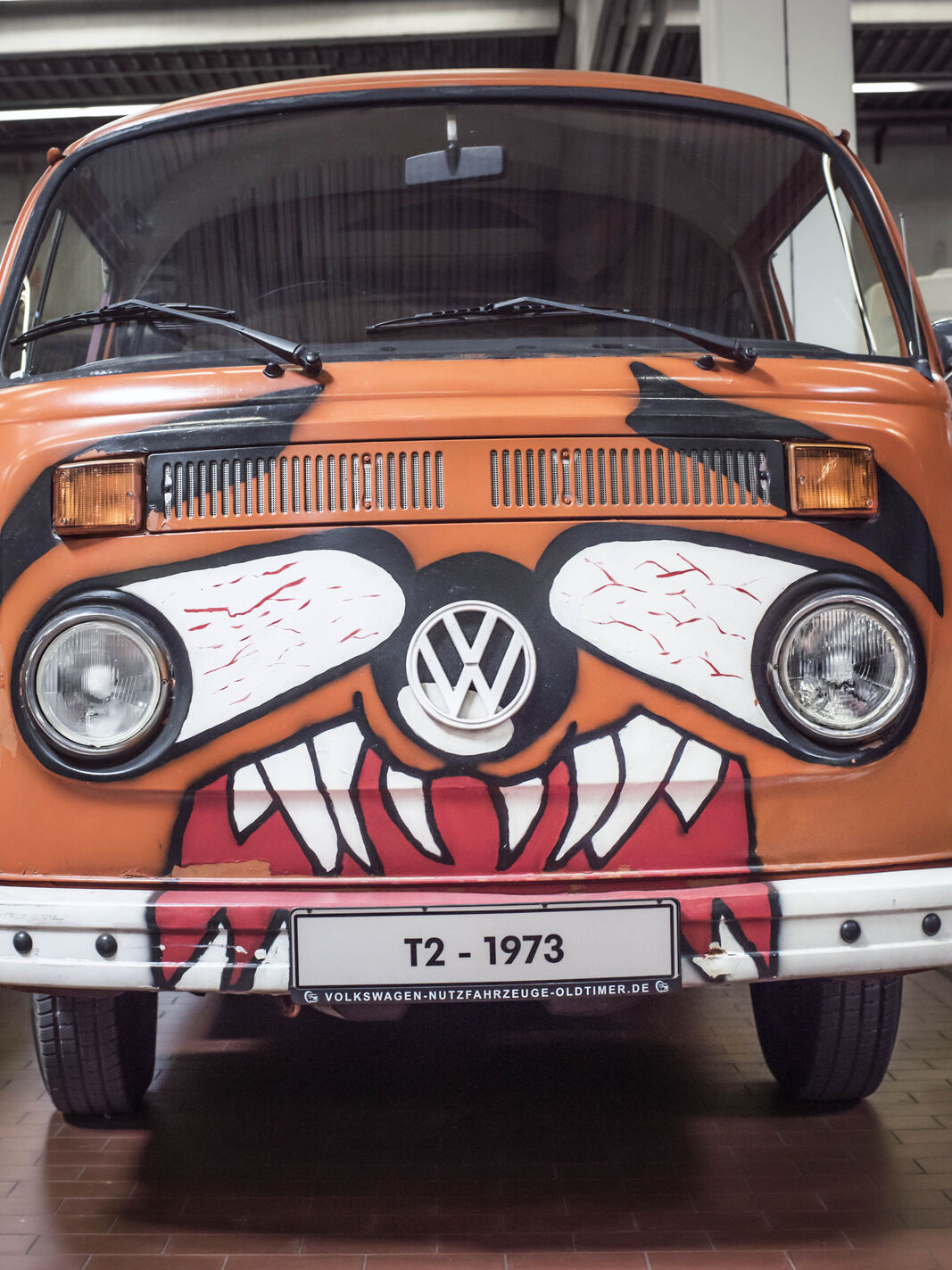 VW Bulli T2 orange Gesicht
